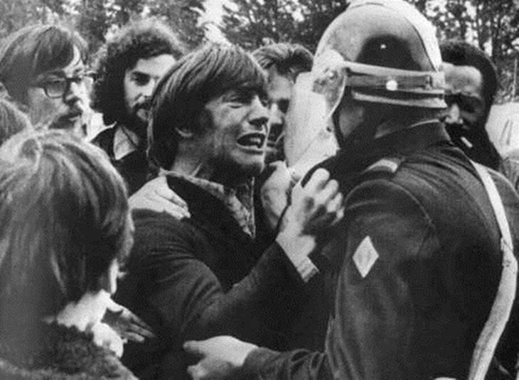 תמונות עם סיפורים מיוחדים: גבר בוכה מחזיק במדיו של שוטר