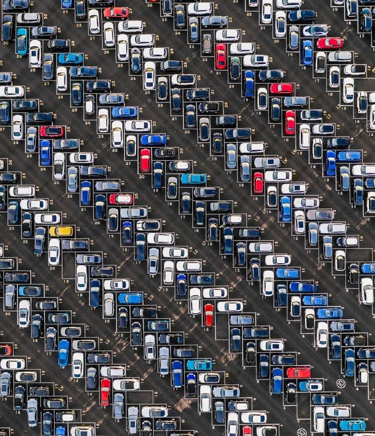 תמונות שצולמו מרחפן: מגרש חנייה סימטרי