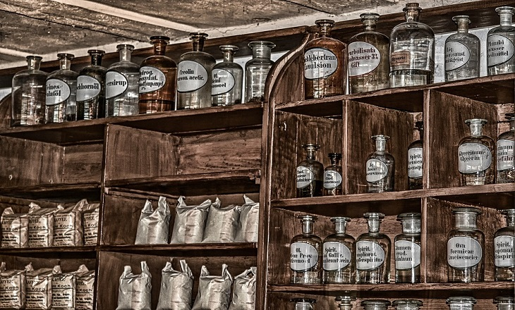 שימושים מפתיעים: ארון של בקבוקים ושקים