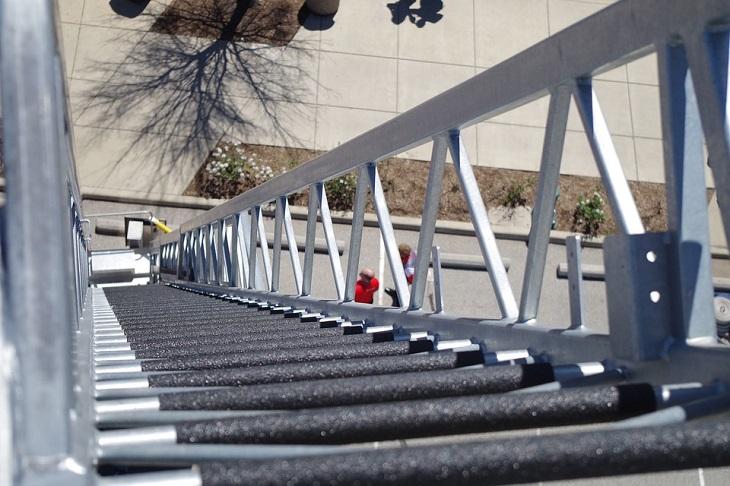 דברים שגברים עושים וגורמים לפרידה: שלב גבוה של מדרגות