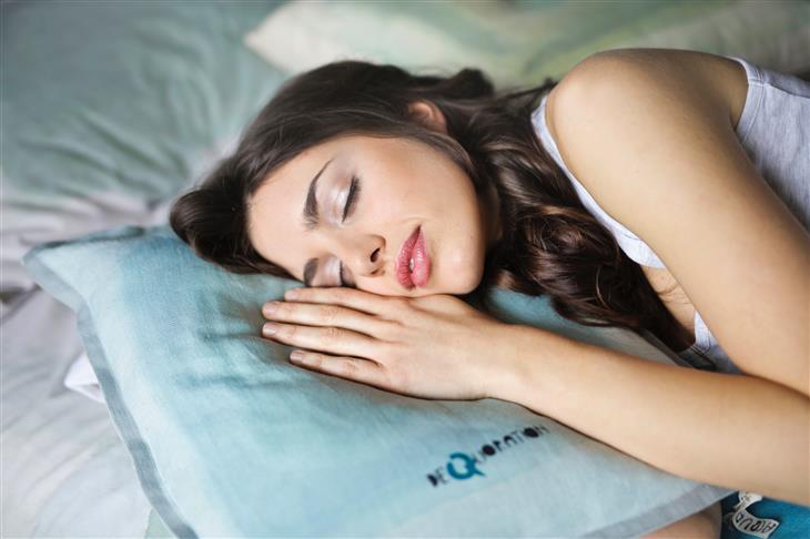הרגלים לפני השינה שעוזרים לרזות: אישה ישנה