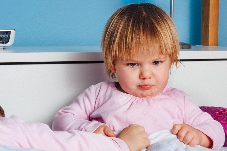 משפטים שעוזרים להרגיע ילדים: פעוטה עם פנים זעופות