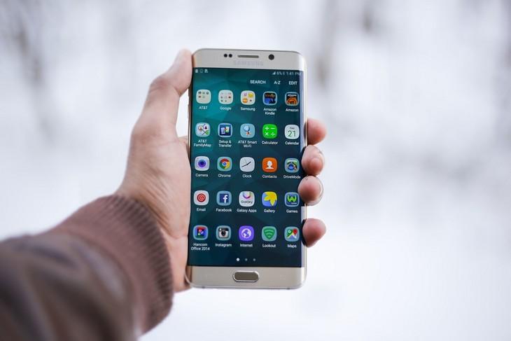 אפליקציות שלטים אוניברסליים: יד מחזיקה טלפון נייד מסוג אנדואיד