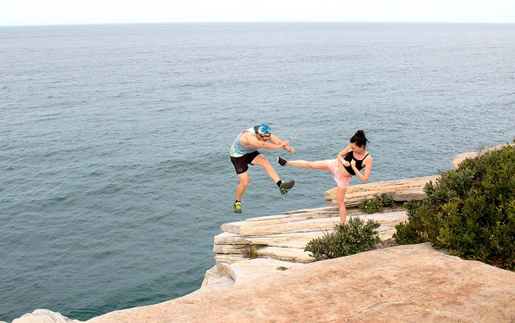 דברים שגברים עושים וגורמים לפרידה: אישה בועטת בגבר ומעיפה אותו מצוק אל עבר ים