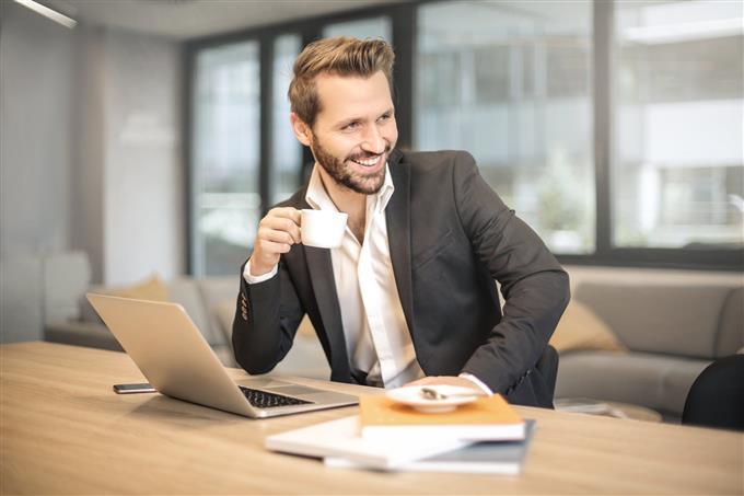 מבחן אישיות: גבר נאה במשרד