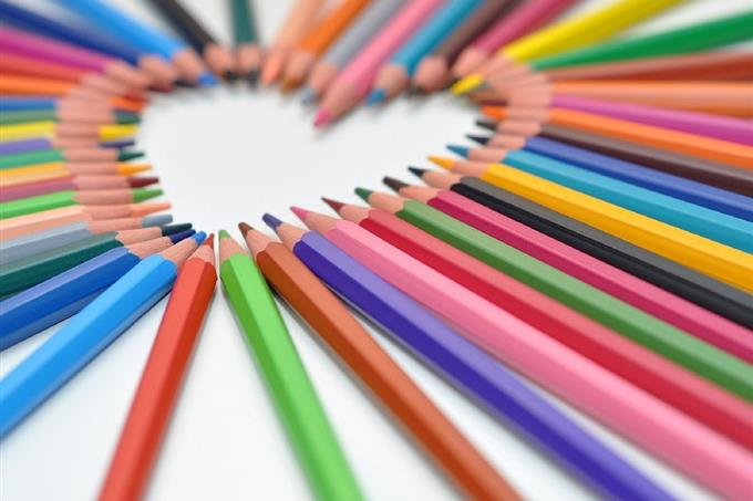 מבחן אישיות: עפרונות צבעונים מסודרים בצורת לב