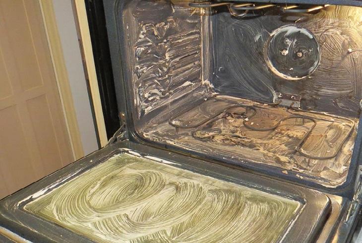 ניקוי תנור: תנור עם משחת סודה לשתייה
