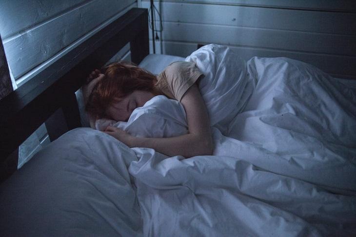 שינה בחדר קריר: בחורה ישנה ומכוסה