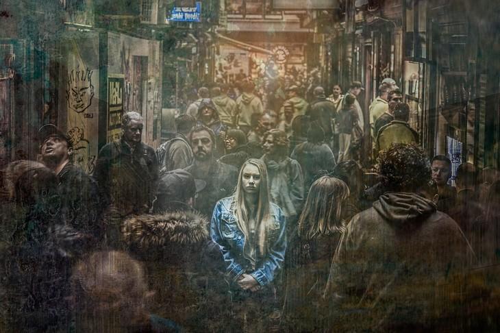 שיטת ניקסן להפחתת לחצים: אישה עומדת במרכז שדרה עמוסת אדם