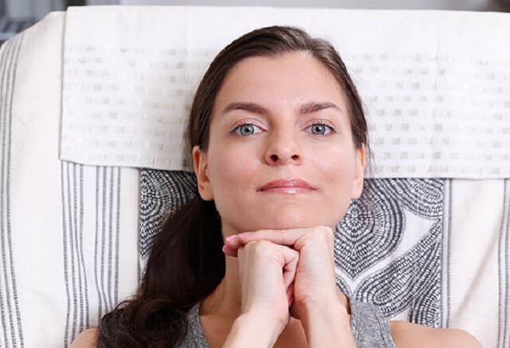 עיסויים לפנים: אישה משעינה את ראשה על אגרוף שטוח