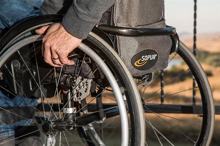 זכויות רפואיות בביטוח לאומי: אדם מבוגר על כיסא גלגלים