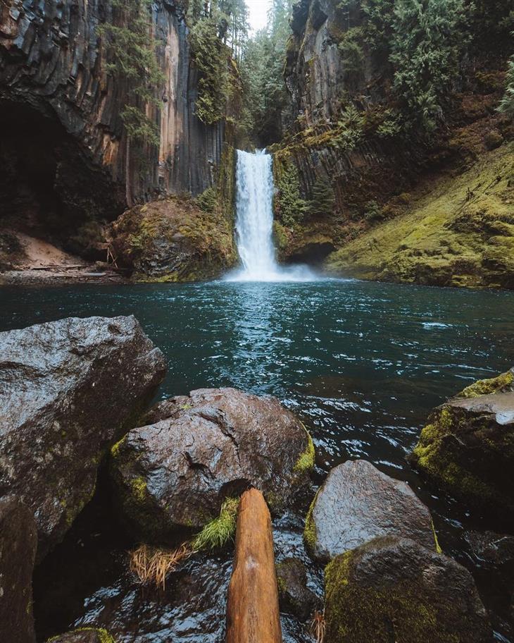 תמונות טבע ונוף: מפל מים מוקף בטבע ירוק