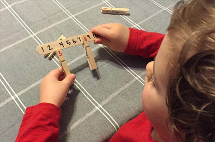 """משחקים ופעילויות לילדים עם אטבים: משחק """"מצא את המספר החסר"""" מאטב ומקל יצירה"""