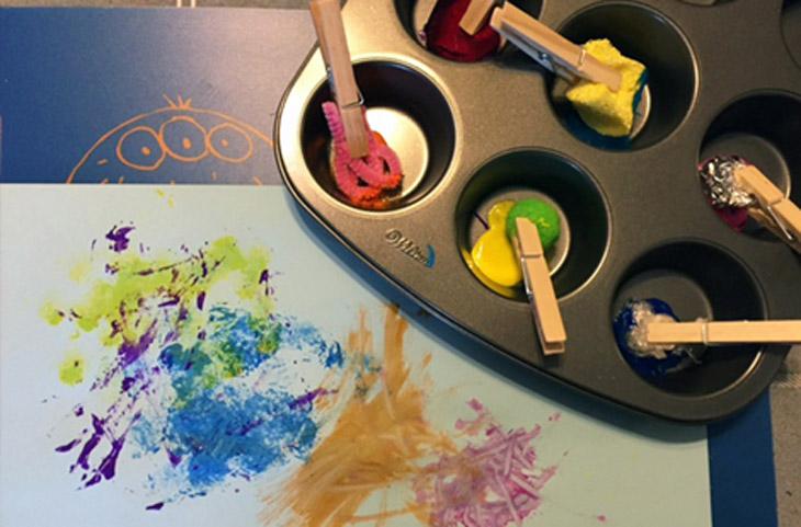 משחקים ופעילויות לילדים עם אטבים: מברשות צבע מורכבות מאטבים