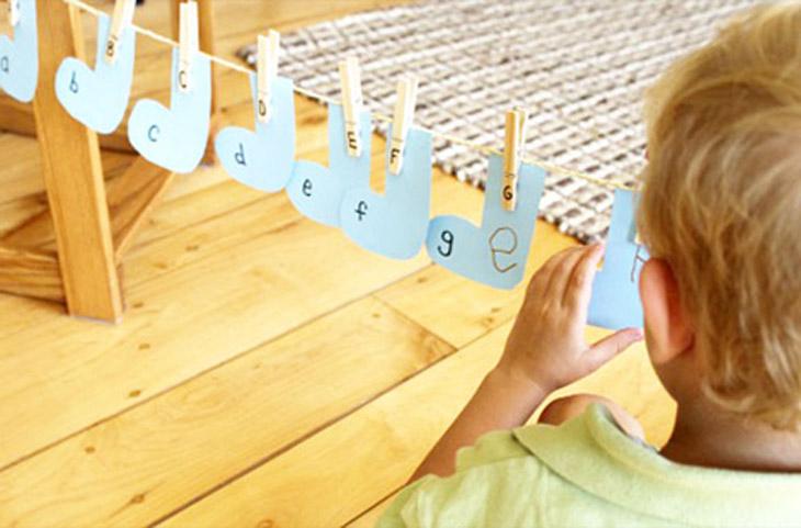 משחקים ופעילויות לילדים עם אטבים: משחק חבל כביסה של אותיות