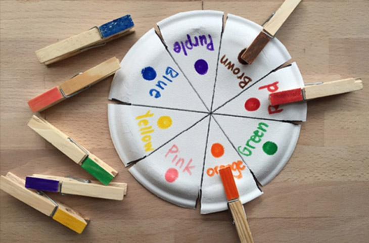משחקים ופעילויות לילדים עם אטבים: משחק התאמת צבעים מאטבים