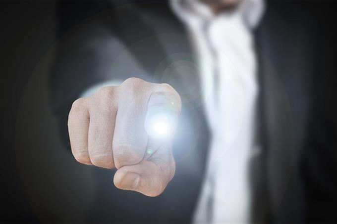 שאלון אישיות - מהי ציפור הנפש שלך: אצבע של אדם נוגעת בנקודה מוארת