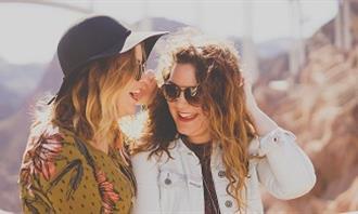 שאלון אישיות - מהי ציפור הנפש שלך: זוג נשים צוחקות
