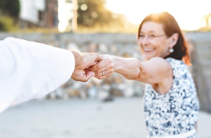 מחקר על זוגיות מאושרת: אישה מבוגרת אוחזת יד של בן זוגה