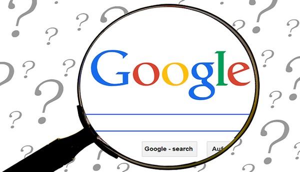 פתרון בעיות נפוצות במחשב והסמארטפון: זכוכית מגדלת על גבי מסך הבית של גוגל, ומסביב סימני שאלה