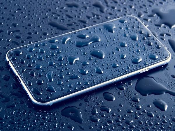 פתרון בעיות נפוצות במחשב והסמארטפון: טיפות מים על סמארטפון ושולחן