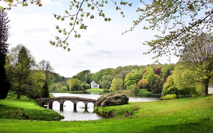 אתרים בדרום אנגליה: אגם ומבנה בסטורהד