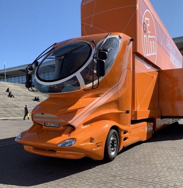 עיצובים מדליקים: משאית בעלית עיצוב מיוחד ושמשה עגולה