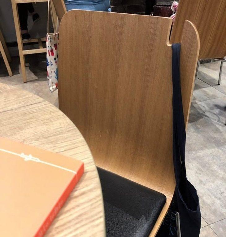 עיצובים מדליקים: כיסא עם חריץ במשענת שעליו תלויה רצועה של תיק