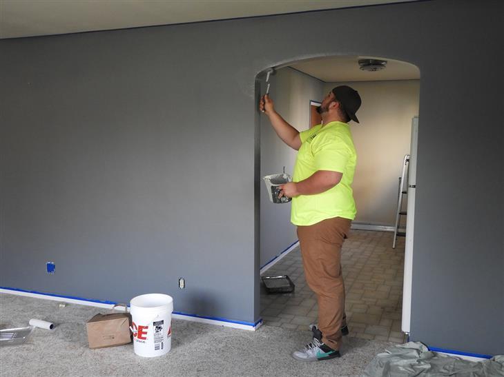 טיפים לצביעת דירה: איש צובע קיר