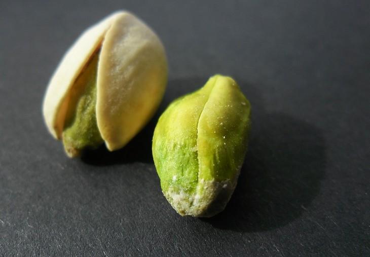 יתרונות בריאותיים של פיסטוק: פרי הפיסטוק לצד קליפתו