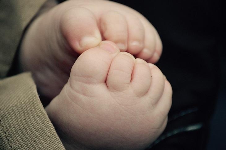 דברים שהורים צריכים לגרום לילדים להפסיק לעשות: כפות רגליים של ילד קטן