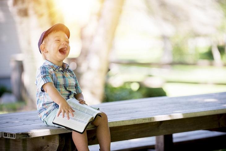 אוסף בדיחות: ילד צוחק