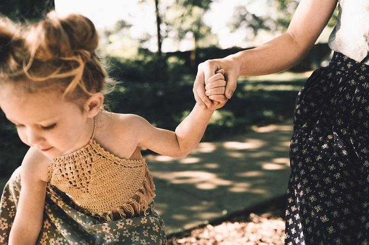דברים שהורים צריכים לגרום לילדים להפסיק לעשות: אם אוחזת בידה של ילדתה