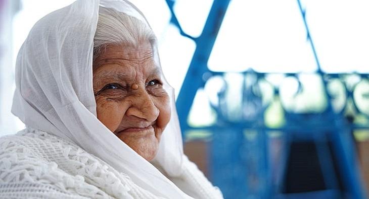 אוסף בדיחות: אישה זקנה מחייכת