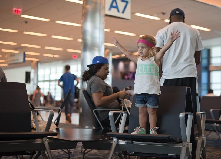 דברים שהורים צריכים לגרום לילדים להפסיק לעשות: ילדה קטנה עומדת על כיסא
