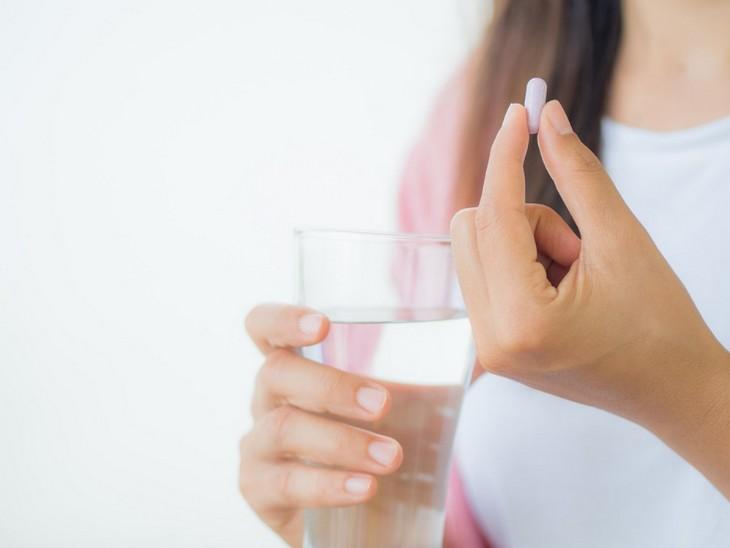 משככי כאבים - סכנות וחלופות: אישה נוטלת גלולה