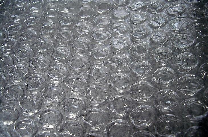 פעילויות לילדים עם בעיות קשב: פלסטיק בועות