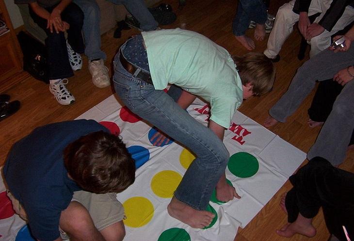 פעילויות לילדים עם בעיות קשב: אנשים משחקים בפלונטר