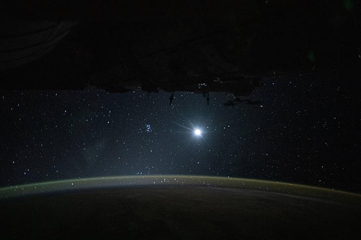 תמונות מהחלל: האטמוספרה מוארת על ידי הירח וברקע כוכבים נוצצים