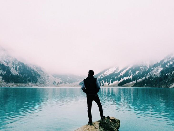 דרכים לקום כשהחיים מפילים מטה: גבר עומד ומשקיף על אגם