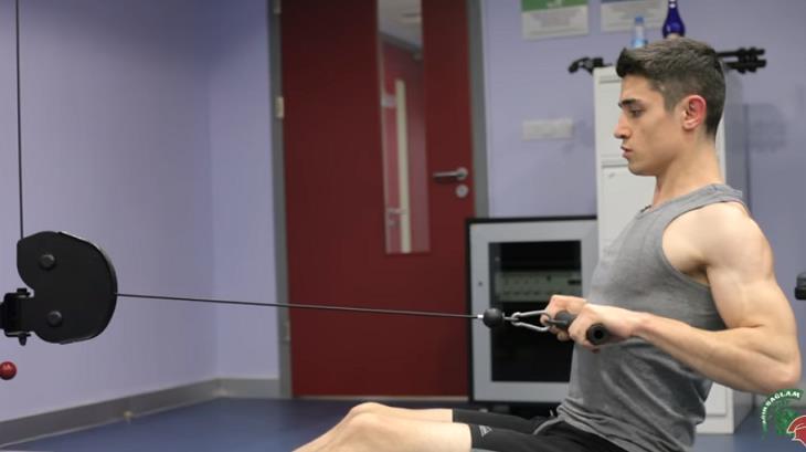 תרגילים להרחבת פלג הגוף העליון: בחור מדגים חתירה בישיבה