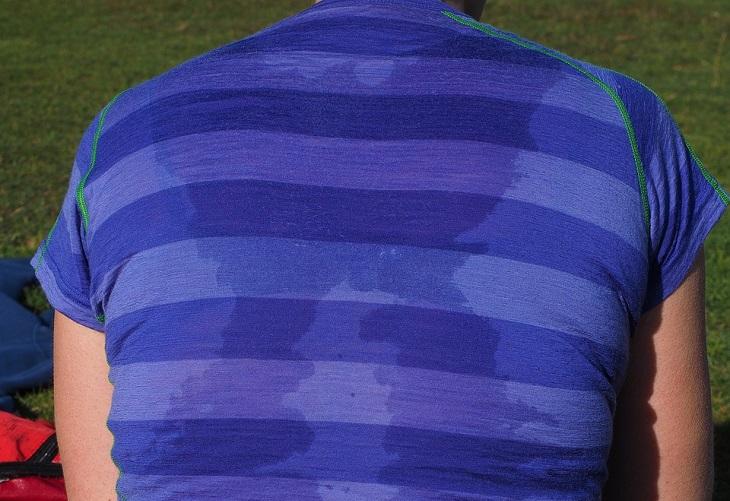 הזעת יתר - גורמים וטיפולים: גב מזיע של בן אדם