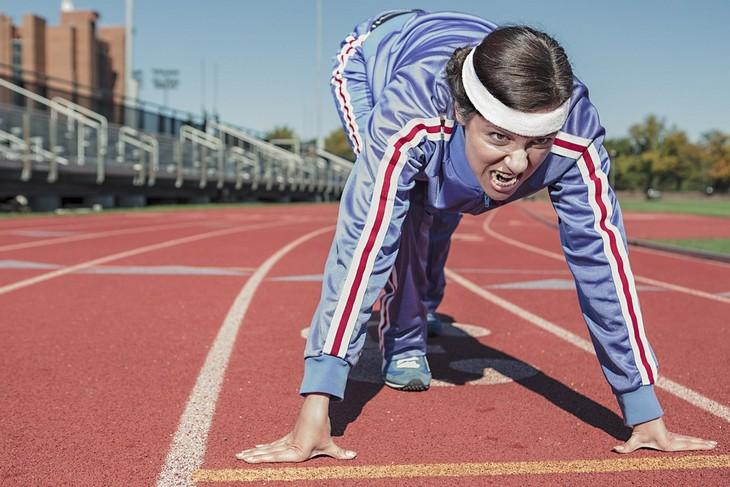 דרכים לקום כשהחיים מפילים מטה: אישה מזנקת לריצה במסלול