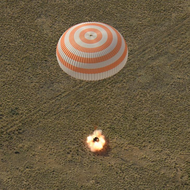 תמונות מהחלל: מעבורת חלל נוחתת בכדור הארץ