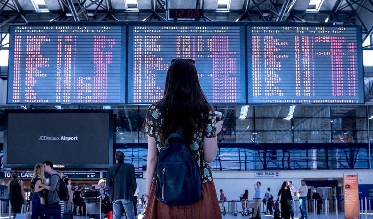 טיפים לטיסה: אישה בנמל תעופה