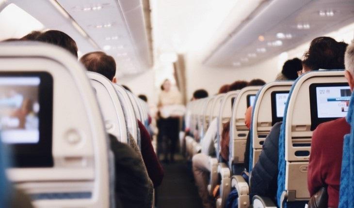 טיפים לטיסה: אנשים יושבים במטוס