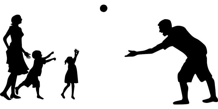 איך לשפר את היחסים עם הילדים החורגים: צללית של אב זורק כדור לילדיו