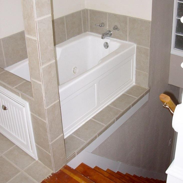 דירות שלא הייתם רוצים לגור בהן: אמבטיה שצמודה למדרגות