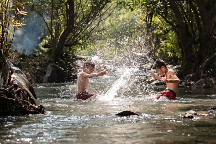 מקומות מומלצים לטיול ופיקניק משפחתי: ילדים משחקים במים