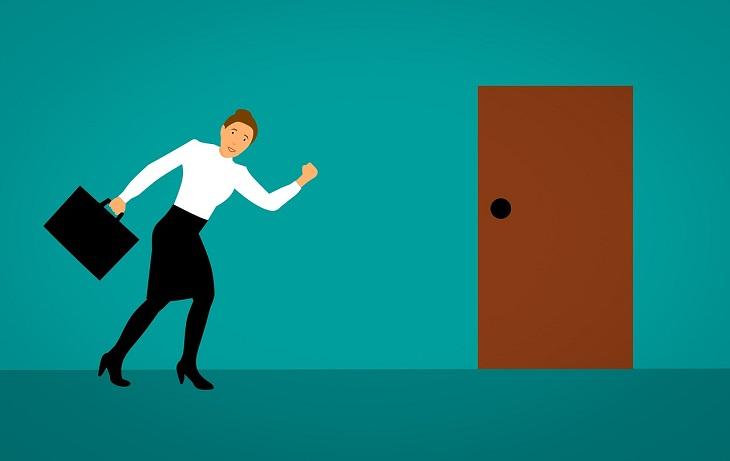 אבני דרך לצמיחה: איור של אישה המחזיקה בתיק נוטה בחיוך  לכיוון הדלת